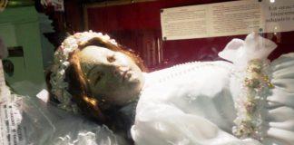 Cadaver niña santa abre los ojos