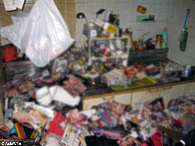 Así estaba la cocina del fallecido, llena de revistas para adultos