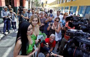 Damas lechuga, ataviadas con sus bikinis verdes. EFE